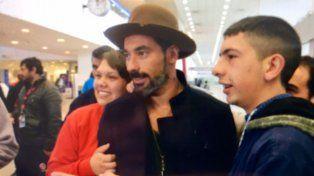 Con un llamativo sombrero marrón, Ezequiel Lavezzi se tomó fotos junto a un grupo de fans.