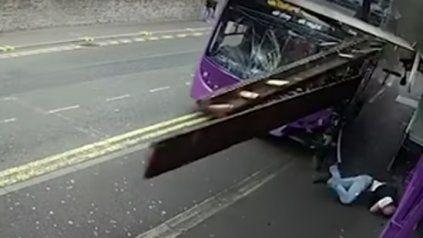 Le pasó un autobús por encima y salió caminando como si nada para meterse en un bar