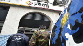 Protesta. Instalados la puerta de la delegación IX, esperaron respuesta.