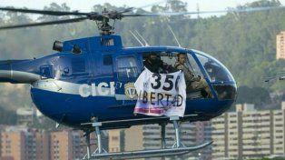 Cinematográfico. El oficial rebelde pilotea el helicóptero de la policía desde el que lanzó granadas.