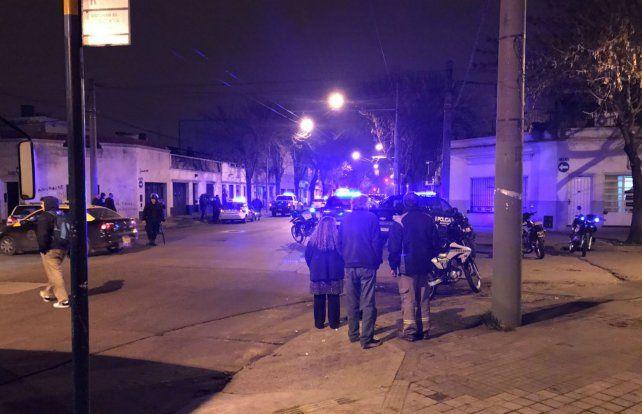 Escenario. La esquina de San Juan y Servando Bayo se llenó de policías.