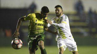 Defensa adelante. Rossi y Cardona disputan el balón en Florencio Varela. El Halcón ganó bien.
