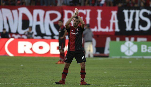 Afecto eterno. Maxi retribuye los aplausos de los hinchas en el Coloso. Volvió hace 5 años y fue campeón.