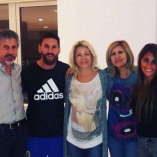 Dalila posa junto a Lionel, Antonela y los padres de Messi.