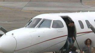 Xavi Hernández desciende del avión. Ya en tierra, el legendario Carles Puyol.