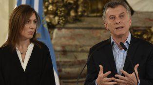 Macri habla secundado por la gobernadora de la provincia de Buenos Aires, María Eugenia Vidal.