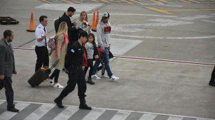 Luis Suárez y su familia llegan al Aeropuerto Internacional de Fisherton.