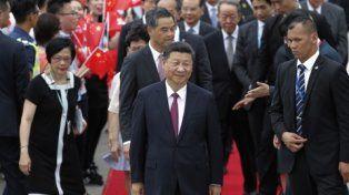 custodiado. Xi Jinping sonríe a su llegada a Hong Kong
