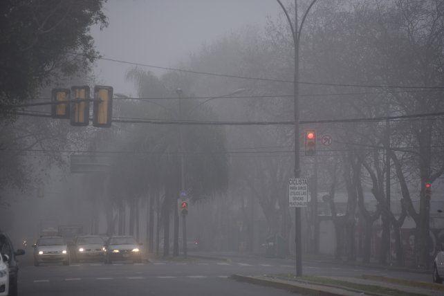 Bancos de niebla en la región afectan el tránsito en rutas y accesos.