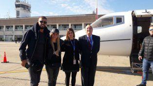 Piqué y Shakira posan para la foto con Vanesa Laferriere, jefa del aeropuerto, y Agustín Lezcano, miembro del directorio del aeropuerto por el sector empresario.