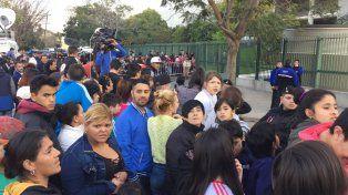 La gente aguarda afuera del casino tratando de ver de cerca a sus ídolos.
