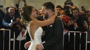 Lionel y Antonela se fundieron en un beso apasionado ante las cámaras.
