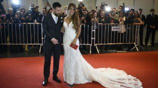 Leo y Anto salieron a saludar a la alfombra roja minutos después de dar el sí