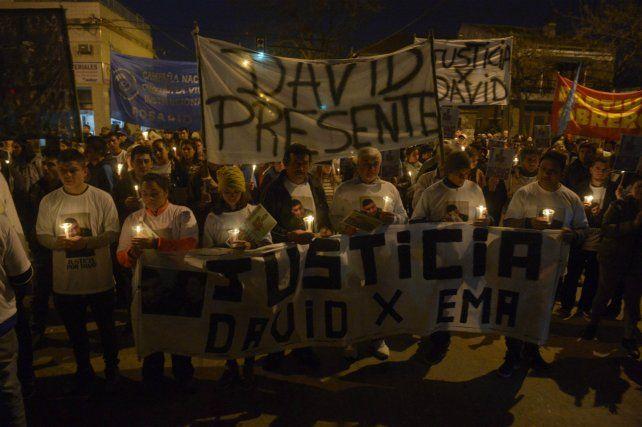 Unas 300 personas marcharon para reclamar el esclarecimiento del homicidio de dos jóvenes.