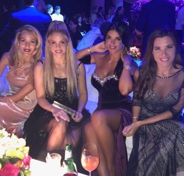 Lookeadas. Shakira posa dentro de la fiesta con las parejas de Puyol