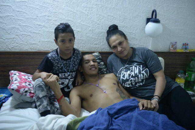 Saúl Peralta con su mujer y su hijo.
