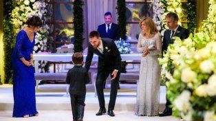 Lionel recibe a unos de sus hijos antes del inicio del acto.