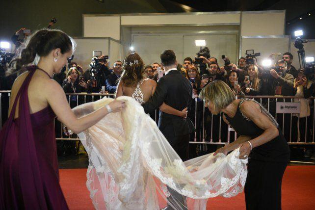 En los detalles. Trabattoni (izquierda) sostiene el vestido de Antonela.