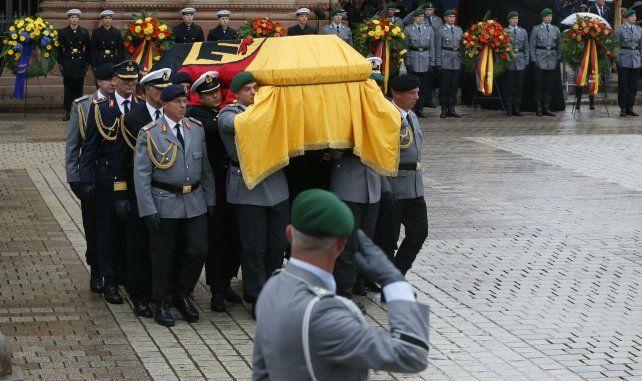 Despedida. El ataúd del falllecido ex canciller es trasladado con honores.