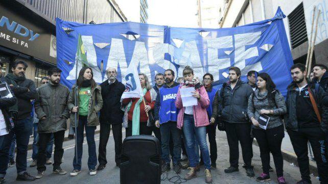 Docentes y estudiantes reclaman ante la Ansés contra los recortes en el Plan Progresar