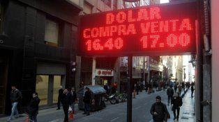 cambios. El dólar pasó la barrera de los 17 pesos en la city porteña.