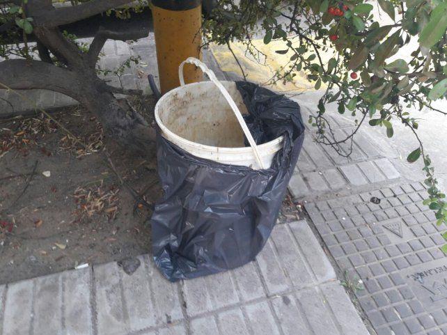 Desagradable. El balde que utilizó el enardecido usuario para hacerse notar en Bahía Blanca.