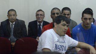 acusados. Hugo Tognoli (2º desde la izquierda) y el comisario Néstor Fernández(izquierda).