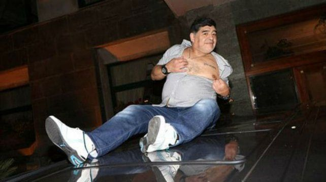 Nápoles se rindió ante Maradona que saludó eufórico desde el techo de un auto