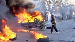 Destrozaron e incendiaron autos frente a una comisaría en reclamo por el crimen de una niñera