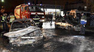 La imagen de dos de los autos que fueron prendidos fuego.