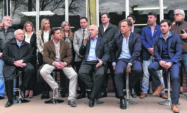 ceremonia esperada. El gobernador Lifschitz junto al intendente de Rufino y funcionarios de Vialidad Nacional.