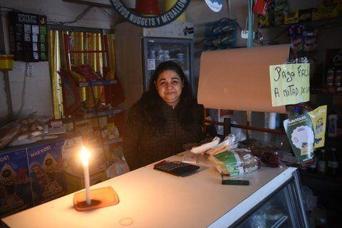 en penumbras. María de los Angeles tiene un pequeño almacén en Echesortu. Está desesperada.