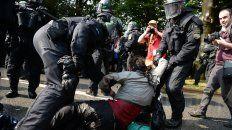 La policía reprime con violencia a un manifestante en el centro de Hamburgo.