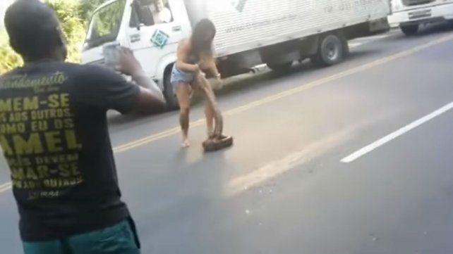 Una mujer hizo lo que había que hacer para sacar una anaconda que entorpecía el tránsito