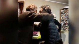 Emotivo. El abrazo de la abuela a Valentín, tras la noticia de que fue citado al Sub 15.