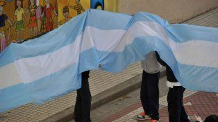 Los alumnos y la bandera nacional.