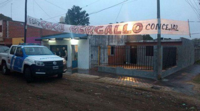 Frente a su casa de la zona norte santafesina Coco Bergallo anunciaba su precandidatura a edil.