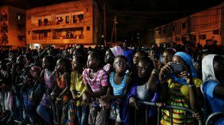 Iluminados. Niños espectadores de un desfile gratuito al aire libre.