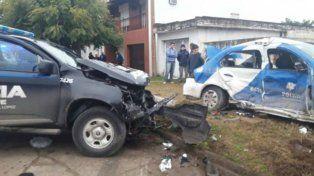 El patrullero VW Voyage donde viajaba la policía fallecida quedó sobre la vereda tras el violento encontronazo.
