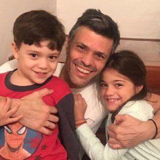 el opositor leopoldo lopez salio de la carcel y ahora cumple arresto domiciliario en venezuela