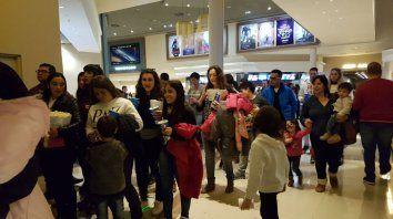 En familia. Debido al frío, muchos se inclinaron a ver películas.