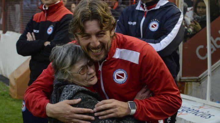 Gracias. Una de las más emocionadas hinchas abraza a su nuevo héroe: Heinze.