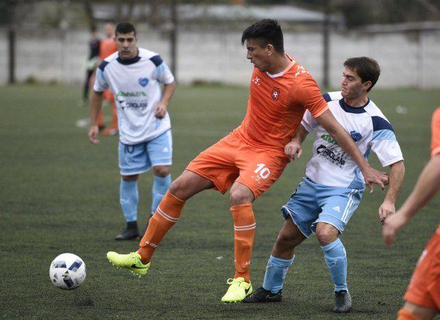 Calidad. Germán Medina la controla frente a un totorense. Fue clave en el primer gol.