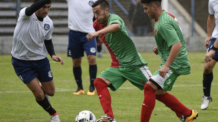 Cambiaron de club. Brian Díaz inicia el ataque de Aguirre ante Cordero.C arlos Díaz mira de cerca.