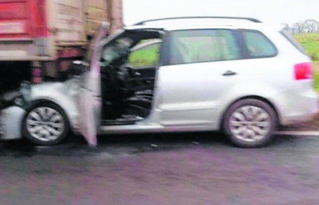Incrustado. El Surán impactó contra la parte trasera del camión.