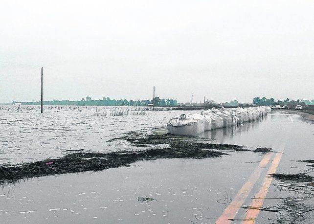 Desborde. La ruta 90 ayer fue cubierta por las aguas y la Agencia Provincial de Seguridad Vial cortó el acceso.