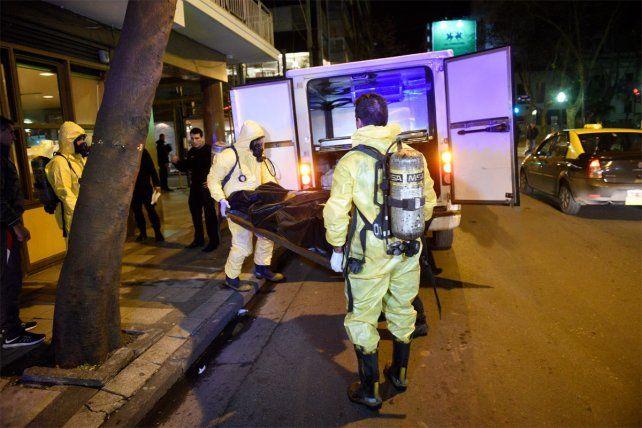 Personal policial retira uno de los cuerpos de los fallecidos en Córdoba al 1600.