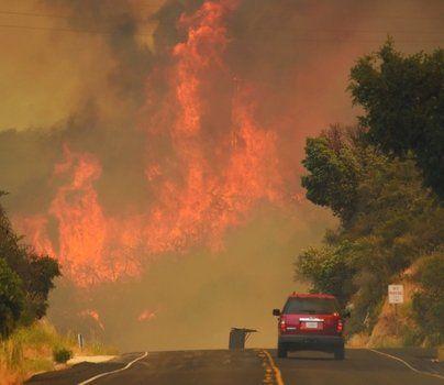 california. Columnas de humo y fuego bajaron desde las montañas a zonas pobladas.