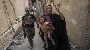 infierno. Una madre escapa de los combates con su bebita herida en brazos. Más de un millón de civiles huyeron de Mosul