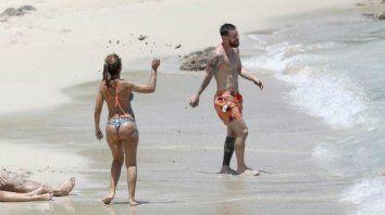 guerra de arena entre messi y antonela que deslumbro con su figura antes de volver a barcelona